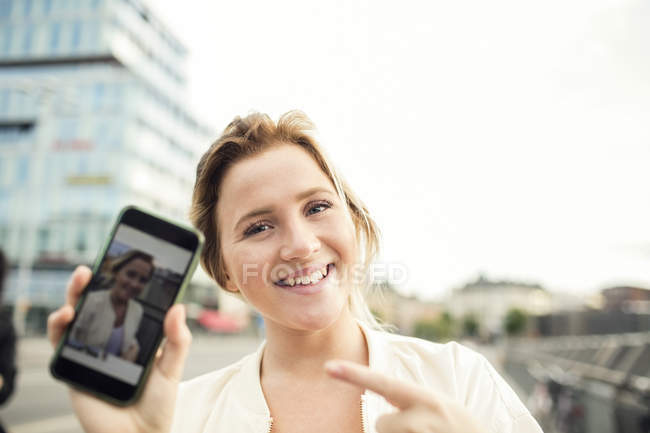 Portrait de photographie montrant une femme heureuse dans téléphone mobile — Photo de stock