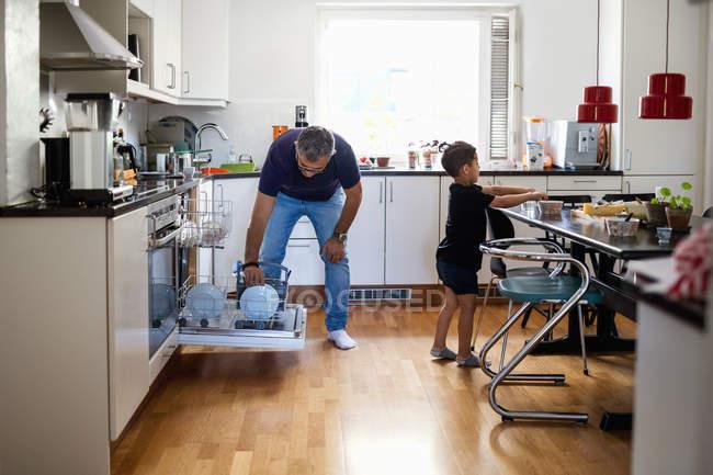 Padre e figlio che lavorano in cucina a casa — Foto stock