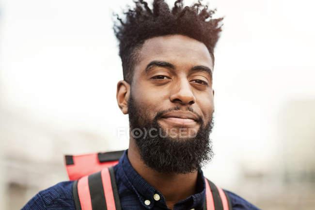 Retrato de hombre joven confía en África con barba - foto de stock