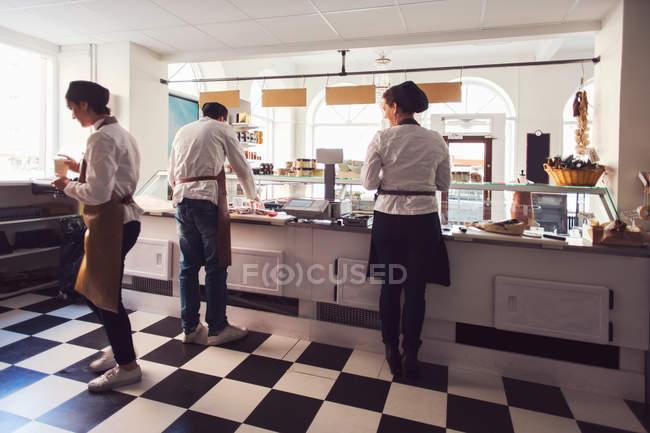 I proprietari lavorano insieme nel negozio di alimentari — Foto stock