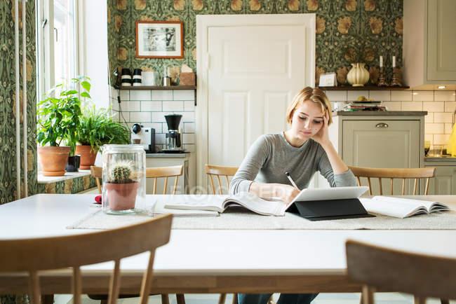 Ragazza adolescente studiando a casa — Foto stock