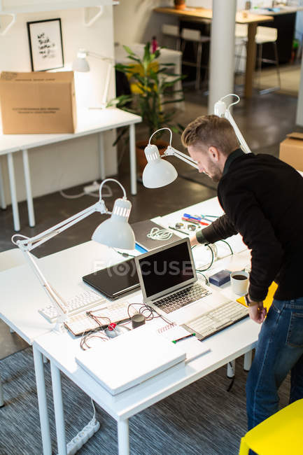 Vista ad alto angolo di giovane uomo d'affari che lavora alla scrivania in ufficio creativo — Foto stock