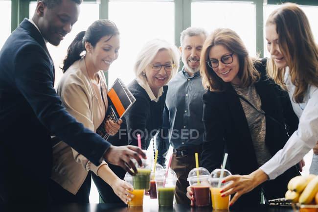 Коллеги по бизнесу наслаждаются напитками во время кофе-брейка — стоковое фото