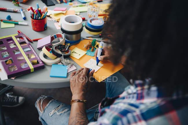 Високий кут зору бізнесмена письмовій формі на клейку записку на столі в креативному кабінеті — стокове фото