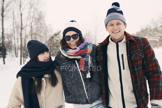 Glückliche Freunde genießen im Park im Winter — Stockfoto