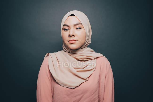 Портрет уверенно молодая женщина в хиджабе сером фоне — стоковое фото