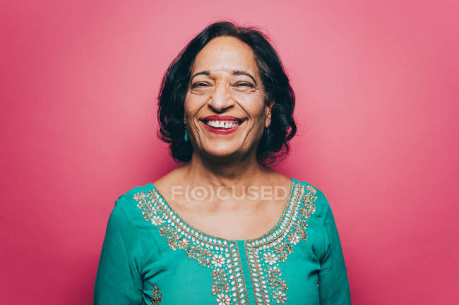 Portrait de femme senior souriante salwar kameez sur fond rose — Photo de stock