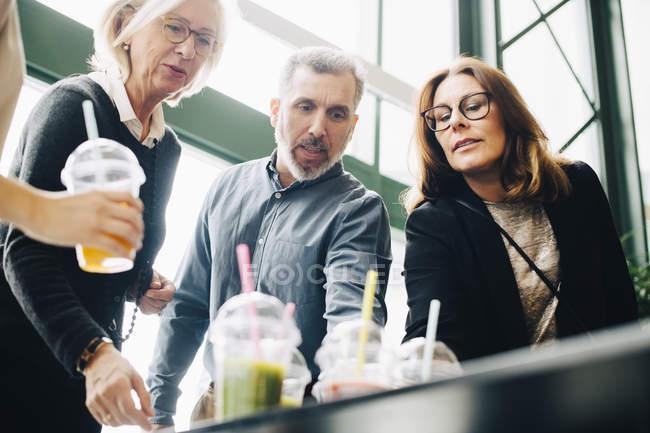 Коллеги по бизнесу выпивают на конференции — стоковое фото