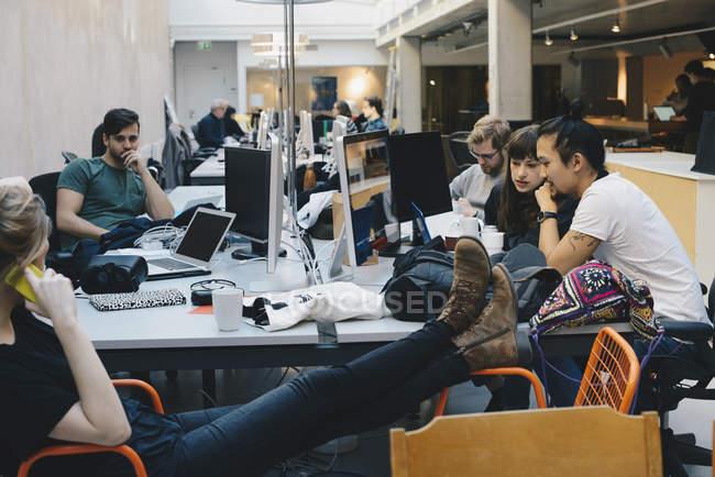 Programmeur informatique à l'aide de technologies à dans bureau — Photo de stock
