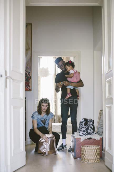 Vater mit Tochter, während die Frau zu Hause Gepäck packen — Stockfoto