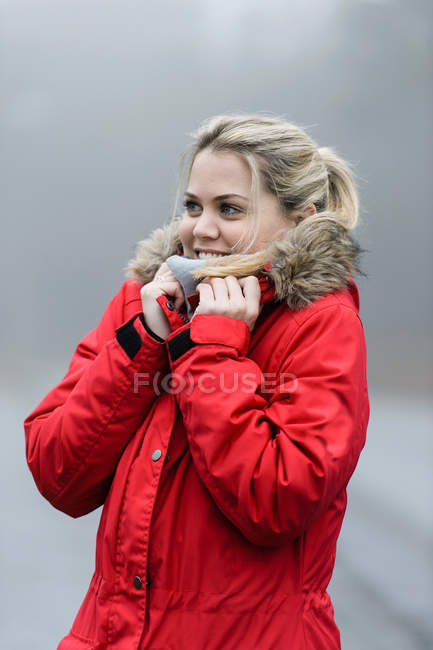 Щасливі молоду жінку в зимові куртки відчуття холоду — стокове фото