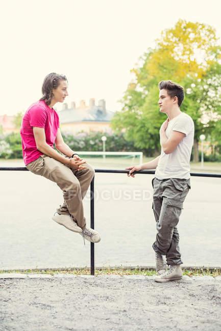 Étudiants de lycée regardant l'un l'autre sur la cour d'école — Photo de stock
