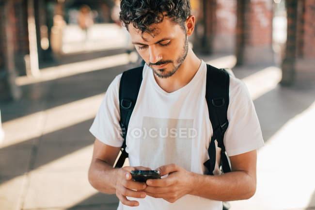 Giovane donna che utilizza il telefono cellulare mentre in piedi sul sentiero — Foto stock