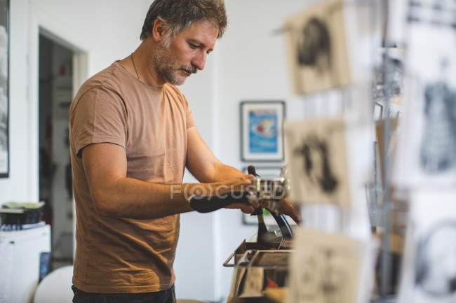 Salesman working at checkout counter in deli — Stock Photo