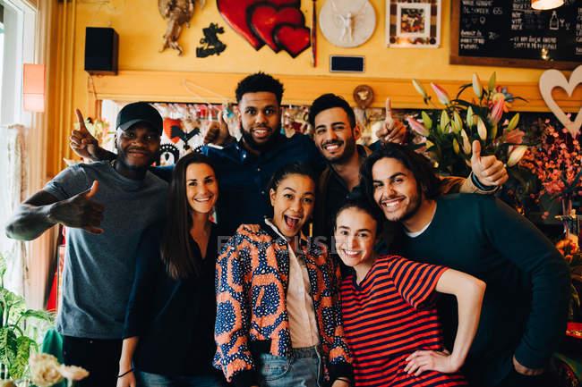 Ritratto di allegri giovani amici multietnici in piedi al ristorante durante il brunch — Foto stock