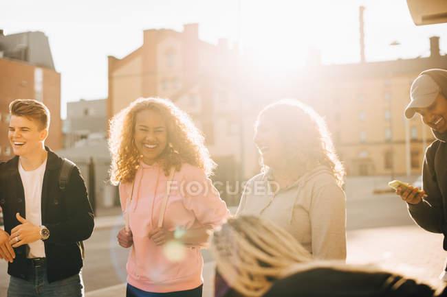 Amici allegri godendo insieme in città durante la giornata di sole — Foto stock