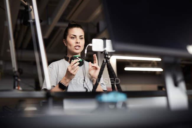 Unternehmerin referiert über Solar-Spielzeugauto per Telefonkonferenz im Kreativbüro — Stockfoto