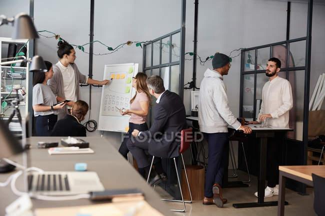 Kreativer Geschäftsmann hält Vortrag bei Treffen im Amt — Stockfoto