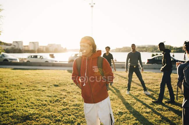Männliche Freunde auf Feld an sonnigen Tag stehen — Stockfoto