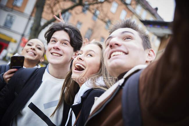Alegre adolescentes y niñas disfrutando en la ciudad durante el fin de semana - foto de stock