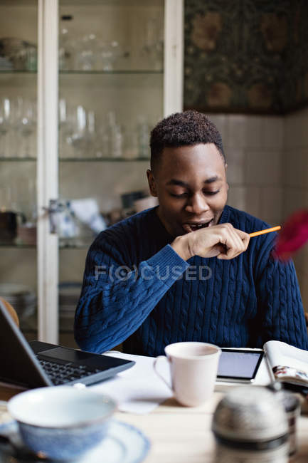 Adolescente tired que boceja ao fazer trabalhos de casa no repouso — Fotografia de Stock