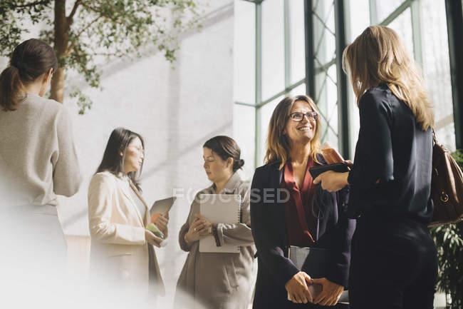Многоэтнические женщины-профессионалы, выступая на конференции — стоковое фото