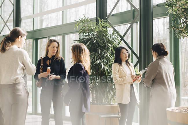 Многоэтнические бизнес-леди сетей в конференции событие — стоковое фото