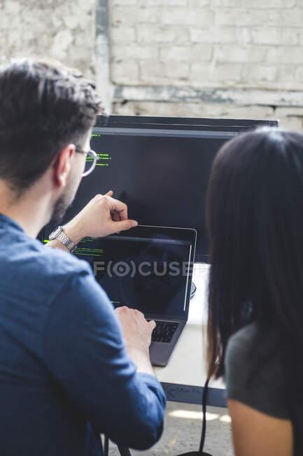 IT-Experten arbeiten an Computerprogrammen im Laptop am kreativen Arbeitsplatz — Stockfoto