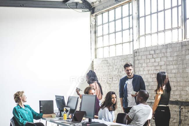 Equipo de hackers informáticos que trabajan en un nuevo proyecto de TI en el lugar de trabajo. - foto de stock