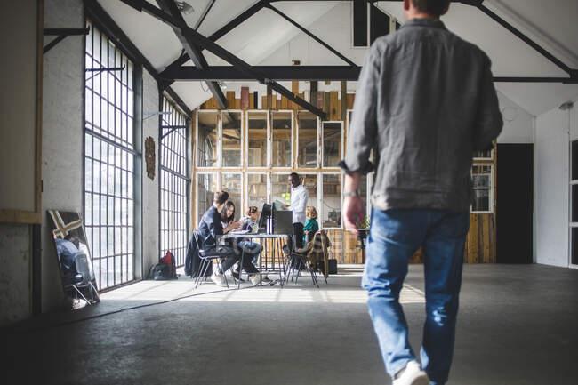 Start-up entrepreneurs having meeting in creative workplace — Stockfoto