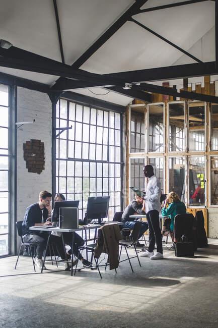 Profis planen Projekte in neuem Start-up-Büro — Stockfoto