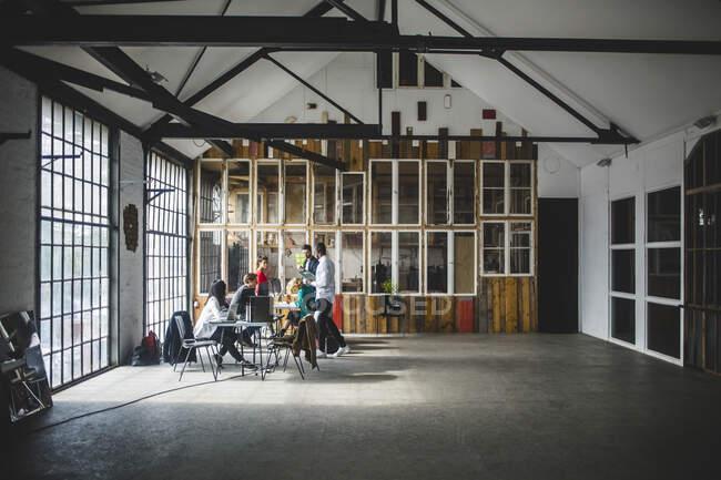 Es Profis Brainstorming beim Treffen in einem neuen Start-up-Büro — Stockfoto