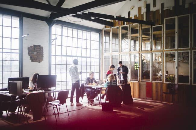 Compañeros de negocios que planifican estrategias para el nuevo proyecto en el lugar de trabajo - foto de stock