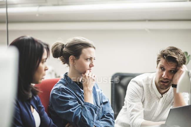 Entretien entre un homme d'affaires et une professionnelle lors d'une réunion dans un bureau de création — Photo de stock