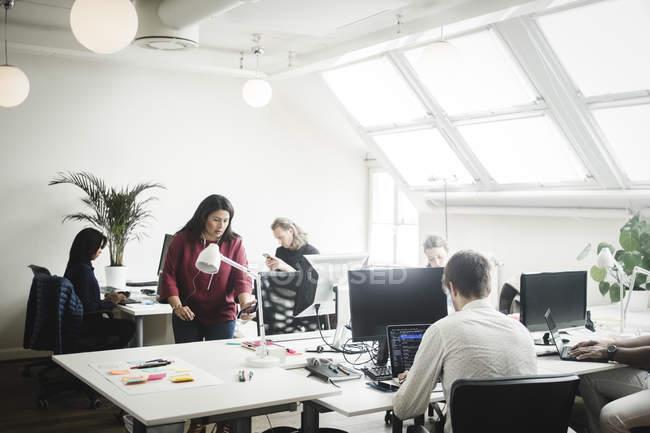 Professionnels et professionnelles travaillant dans un bureau de création — Photo de stock
