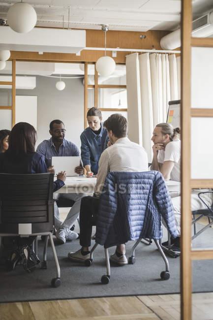 Masculino e mulher colegas de trabalho brainstorming em reunião no escritório criativo — Fotografia de Stock