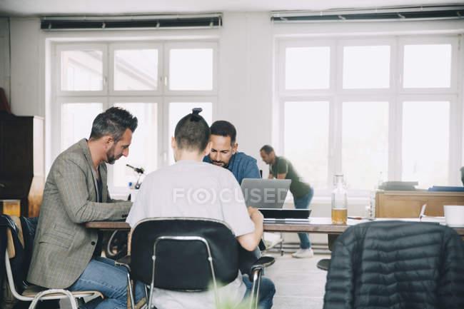 Empresarios creativos trabajando en mesa de oficina - foto de stock