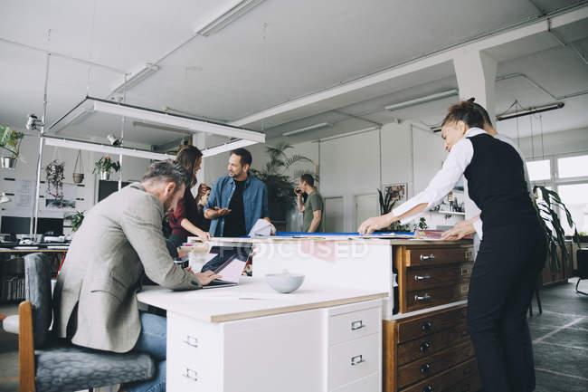 Мультиэтнические предприниматели мужского и женского пола, работающие в креативном офисе — стоковое фото