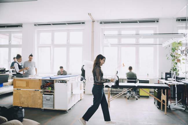 Мужчины и женщины-предприниматели, работающие в креативном офисе — стоковое фото