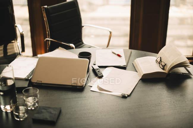 Vista de gran angular de los documentos con libro y portátil sobre la mesa en el despacho de abogados. - foto de stock