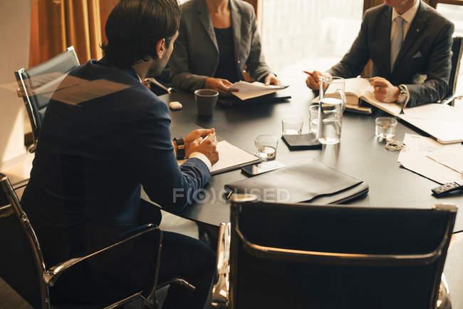 Vue d'ensemble des conseillers financiers discutant en réunion dans la salle du conseil — Photo de stock