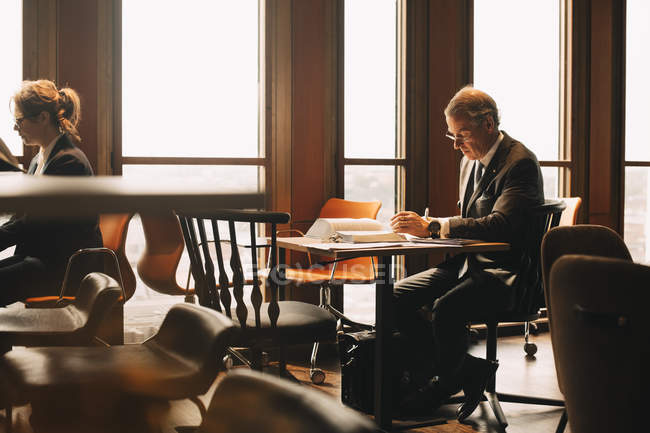 Anwalt studiert Beweise am Tisch im Amt — Stockfoto