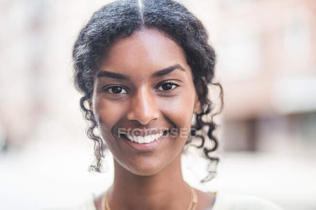 Retrato de sorrir jovem na cidade — Fotografia de Stock