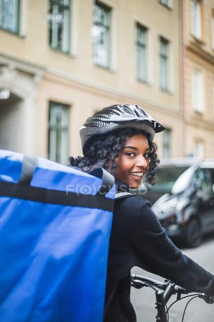 Retrato de sorrir mulher de parto com saco na cidade — Fotografia de Stock