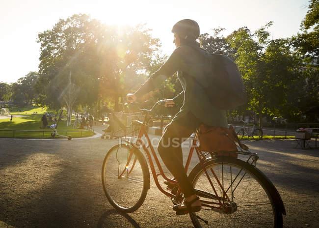 Volle Länge einer Architektin, die an sonnigen Tagen auf der Straße Fahrrad fährt — Stockfoto