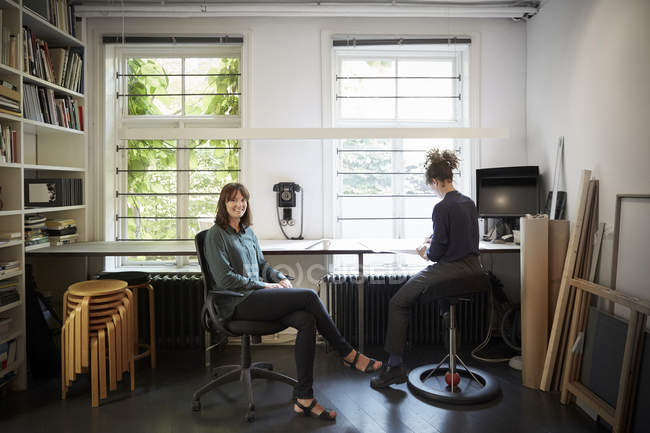 Portrait de femme architecte avec collègue à table au bureau — Photo de stock