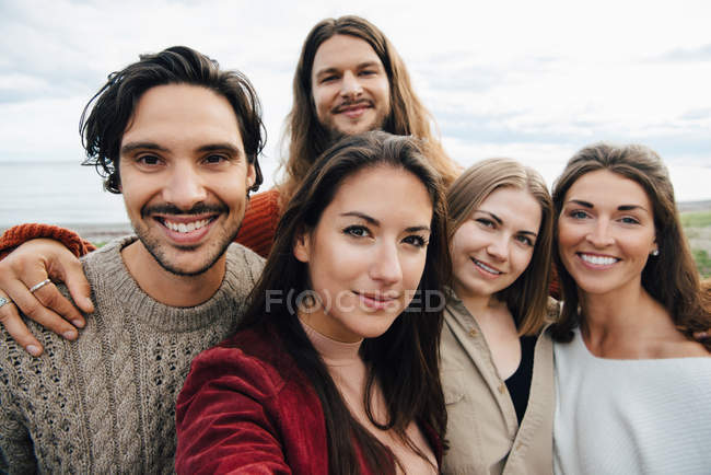 Portrait of smiling male and female friends outdoors — Foto stock