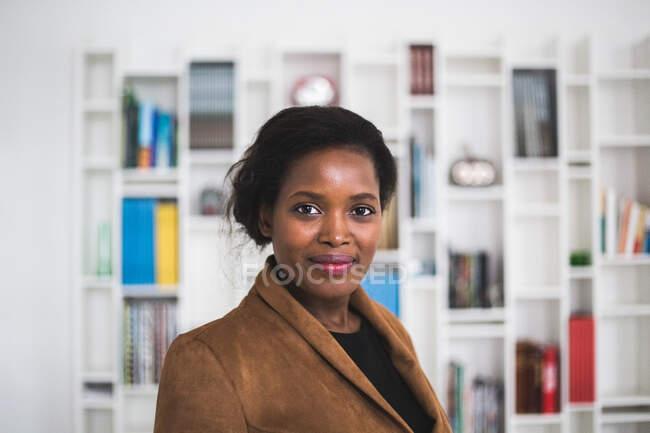 Портрет уверенной женщины-архитектора, стоящей в офисе — стоковое фото