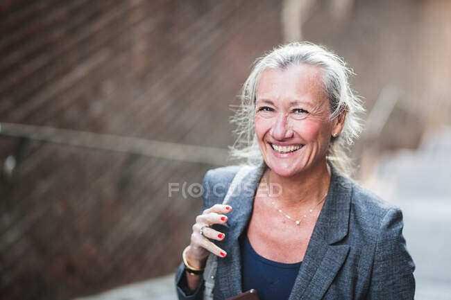 Портрет щасливої зрілої комерсантки. — стокове фото