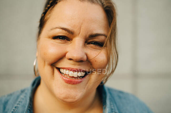 Retrato de mulher madura feliz contra a parede — Fotografia de Stock